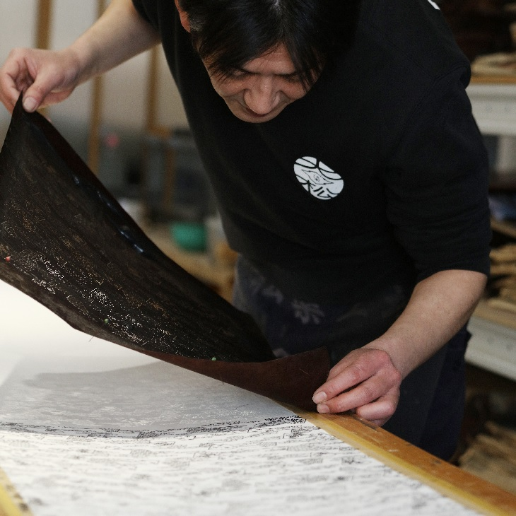 Yasutaka Nakajo, of the third generation of the Daimatsu dyeing factory, explains the present and future of Edo Komon and Edo Sarasa