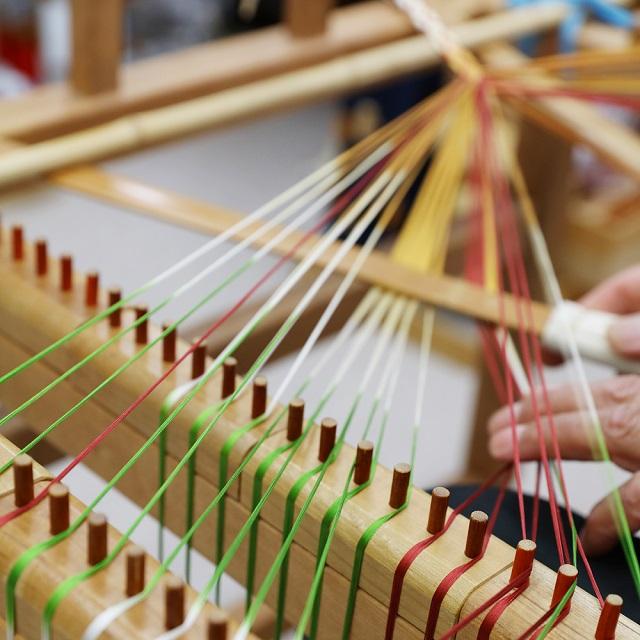 手染め・手組みだからこそ琴線に触れる美しさがある。「有職組紐 道明」のものづくり