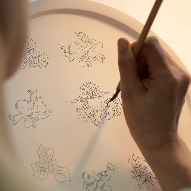 愛らしい唐子絵や、優美な色づかいに魅了される。「五光窯・平戸藤祥」陶画家・藤本江里子さんのうつわ