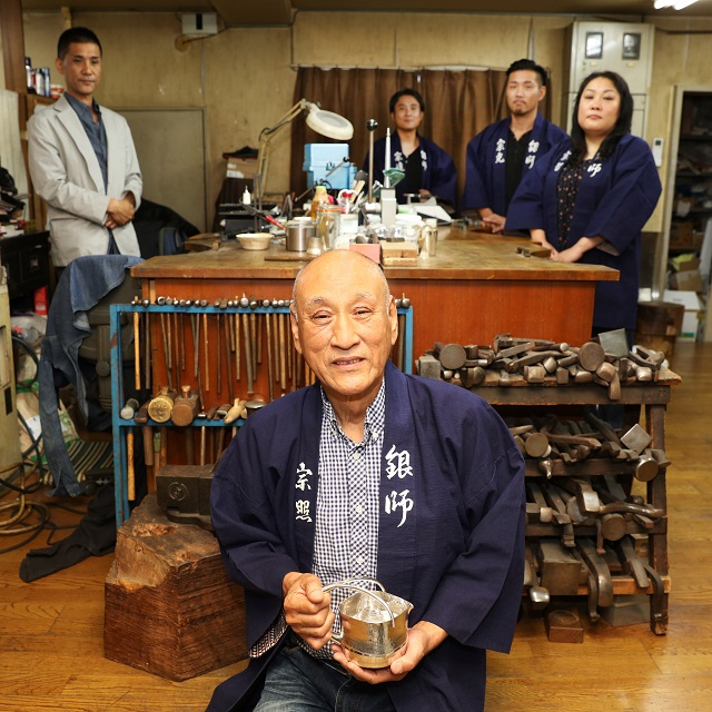 時代とともに進化する職人群像。父・上川宗照が率いる三男一女の伝統工芸一家「日伸貴金属」